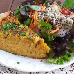 Torta de Cenoura com Queijo Gruyére com Salada Padrão