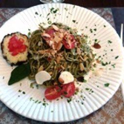 Massa do dia…Espaguete integral ao creme de espinafre com suas folhas, lâminas de amêndoas, parmesão e folhado de abobrinha.