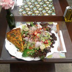 Fatia de torta de cenoura + salada padrão.