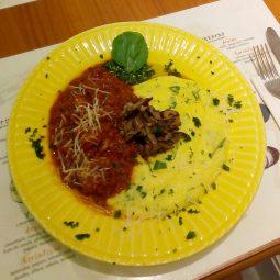 Massa do dia… Polenta cremosa ao molho rústico de tomate ( alcaparras, azeitonas pretas, alho poró e abobrinha e cogumelo ou pinhão) e parmesão.
