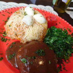 Prato do dia ( VEGANO )… Arroz de forno com legumes, polpetone de quinua e berinjela ao molho madeira e couve salteada.