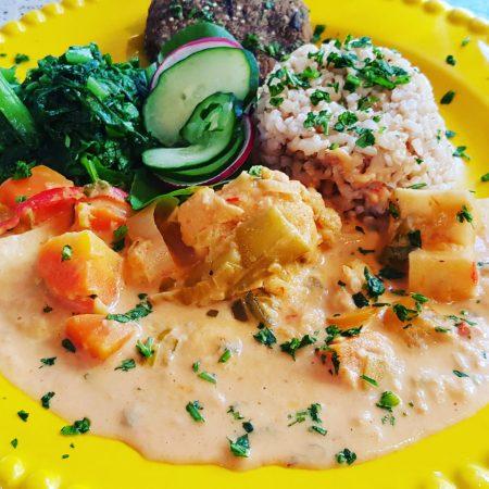 8- Estrogonofe de legumes e cogumelos, arroz integral cateto, polpetinhas de quinua e berinjela.