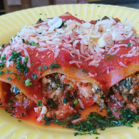 3- Canelone integral de espinafre, ricota e molho de tomate.