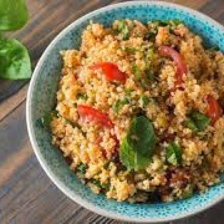 5- Cuscuz marroquino com ervas, tomate recheado com shitake e escarola.