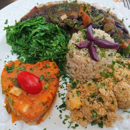 10- Feijoada vegetariana, arroz integral cateto, couve e cuscuz de legumes.