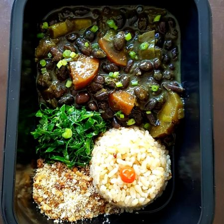 10- Feijoada vegetariana, arroz, farofa e couve.