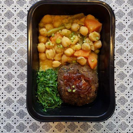 11- Grão de bico com legumes, hambúrguer de cogumelos e cebola caramelizada.